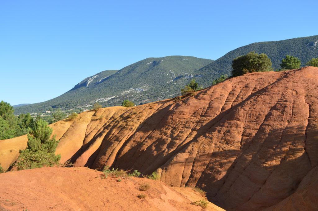Le colorado provençal et les Monts de Vaucluse au fond